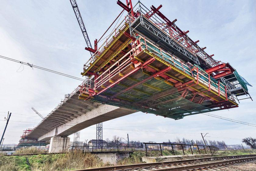 Stavba zavěšeného mostu v Krakově metodou letmé betonáže