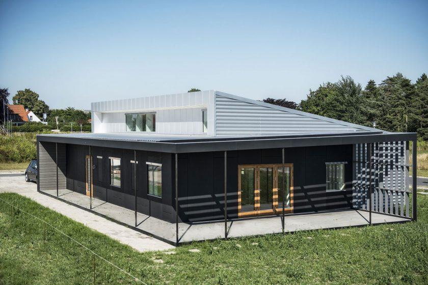 Experimentální recyklovaný dům z nákladních kontejnerů a OSB desek