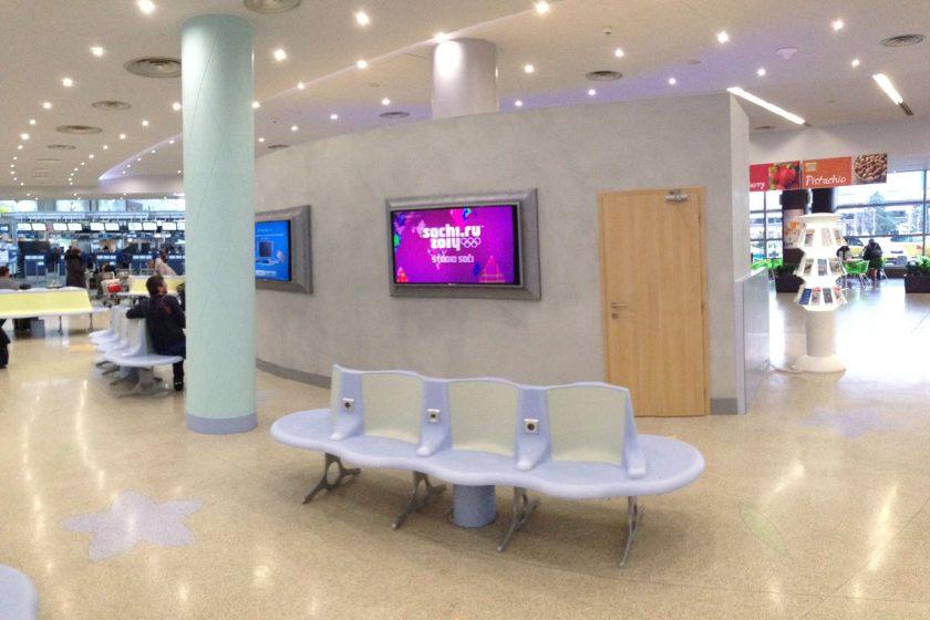 Interiér pražského letiště si hraje se světly, barvami a kreativním designem