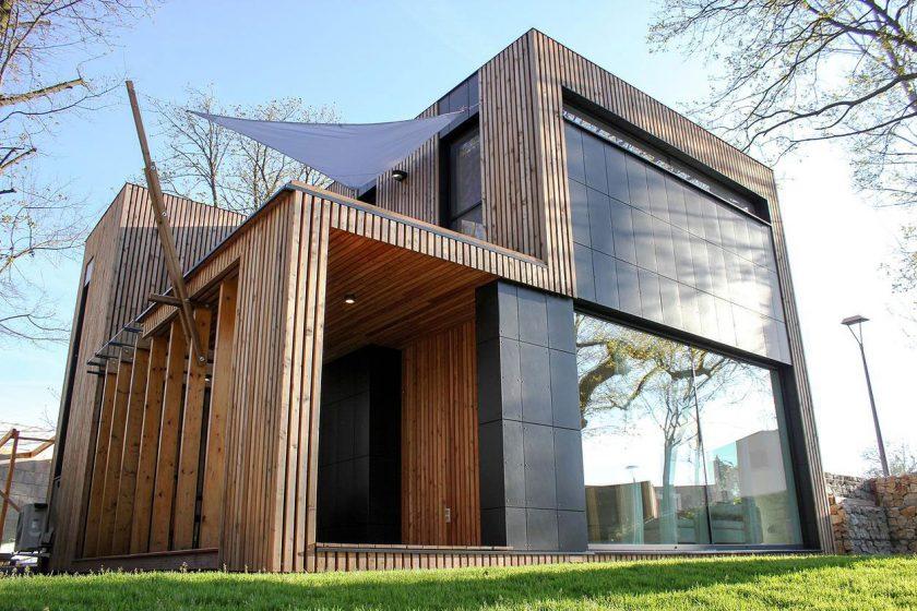 Dům pod dubem z masivních dřevěných panelů