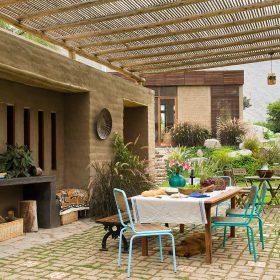 Dom z lokálních přírodních materiálů
