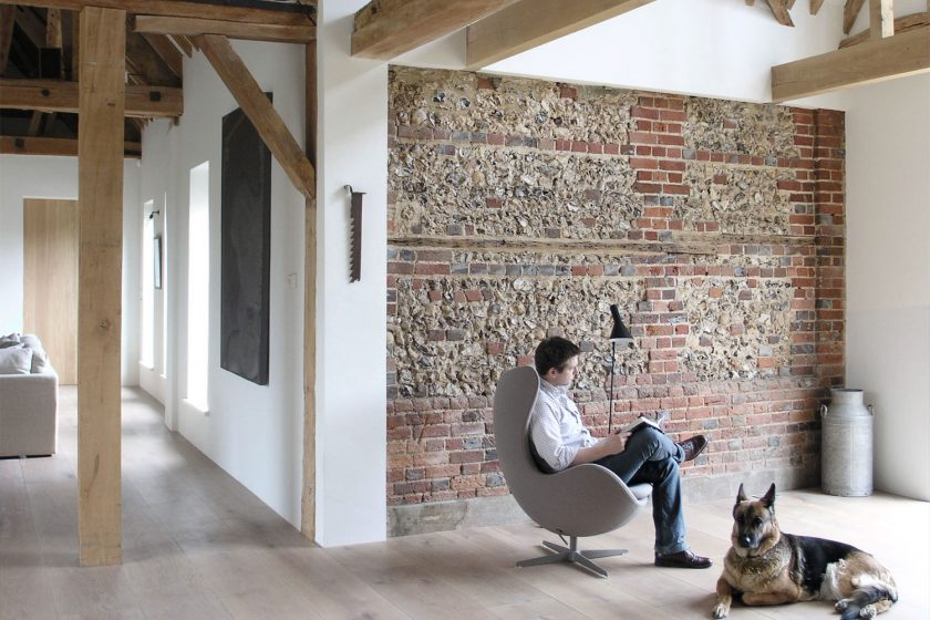 Rekonstrukce stodoly z 18. století na bydlení ve skandinávském stylu