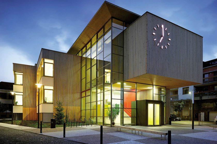 Na prístavbu školy vypsali soutěž a pak vyhráli i architektonickou cenu