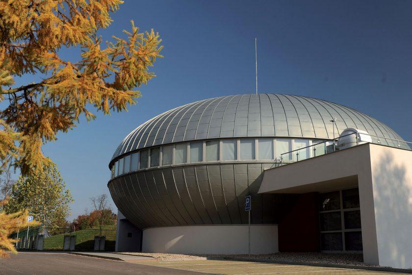 Stříbřité planetárium s titanzinkem na střeše