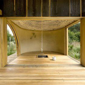 Černý čajový dům propojuje les a zamyšlenou zahradu