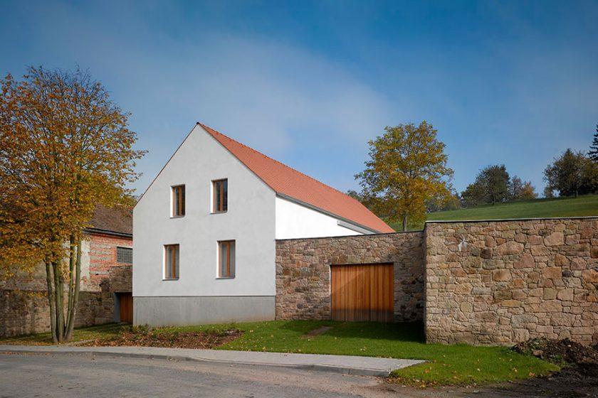 Moderní dům vychází z tvarosloví venkovských domů