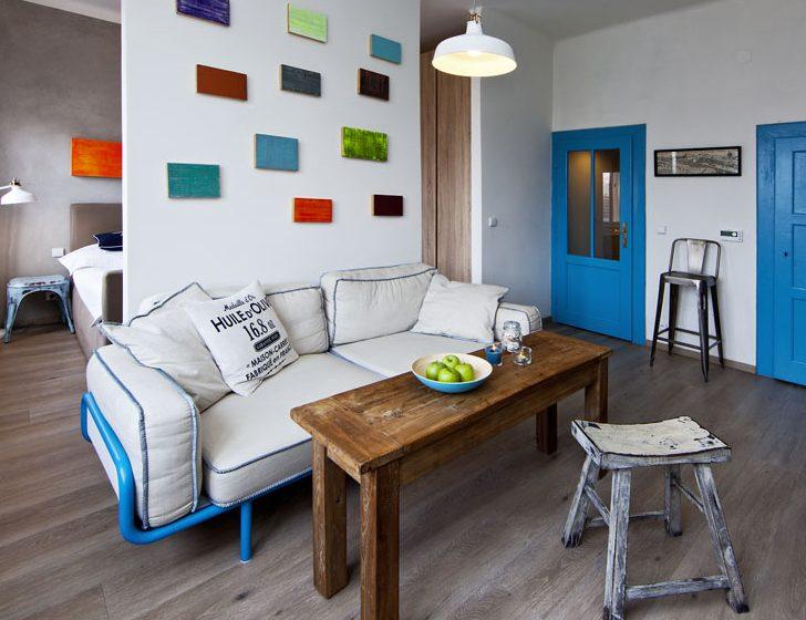 Interiér bytu v modré, bílé a pudrových odstínech