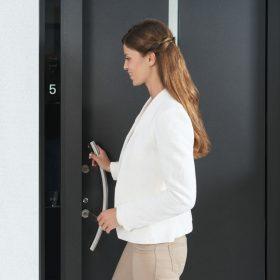 Vchodové dveře s dotykovým displejem
