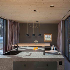 Dvojice architektů si postavila moderní a útulný dřevodům
