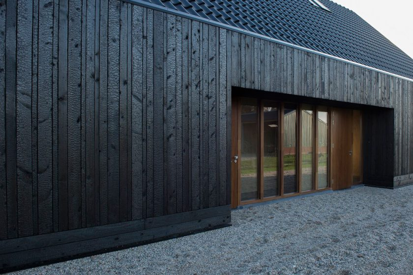 Blackbird – dům s fasádou z opalovaného dřeva