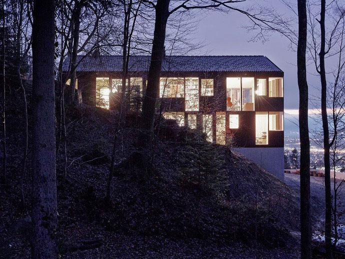 Černý dům s mnoha průhledy do údolí