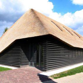 Ze stodoly udělali prostornou kancelář s doškovou střechou