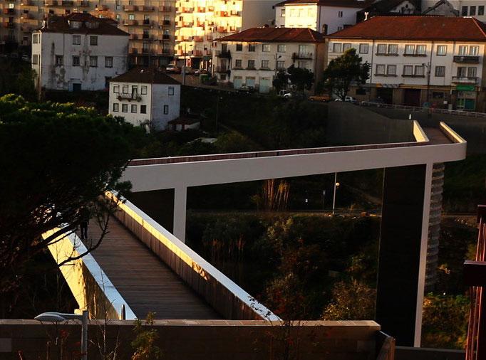 Most pro pěší nad portugalským údolím