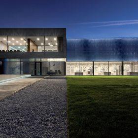 Za zářící fasádou: Showroom a sídlo firmy
