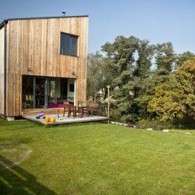 Dům s modřínovým obkladem a pultovou střechou