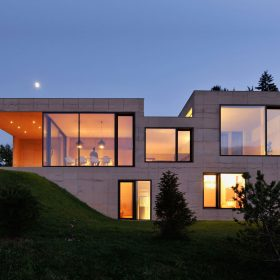 Betonový dům ve Slovinsku jako skály vyrůstající z krajiny