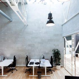 Přívětivý industriál v interiéru kanceláří