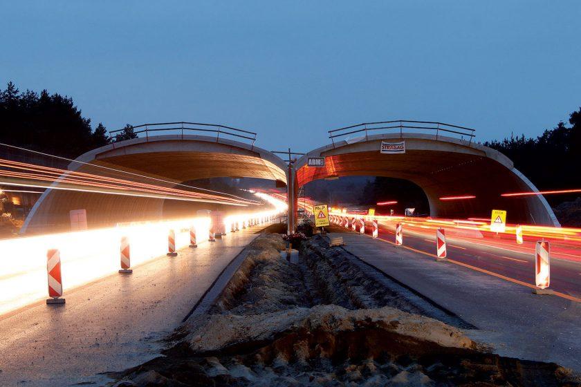 Výstavba nového zeleného mostu přes stávající dálnici D2 na Slovensku