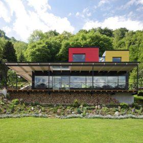 Barevný dům nad labským údolím