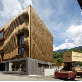 Italští architekti zabalili kancelářskou budovu do dřevěných lamel