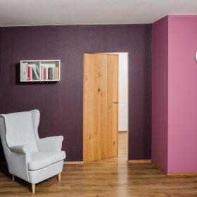 Designová sádrokartonová stěna se skrytou zárubní