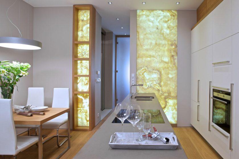 Malý byt s netradičním interiérovým prvkem - onyxem