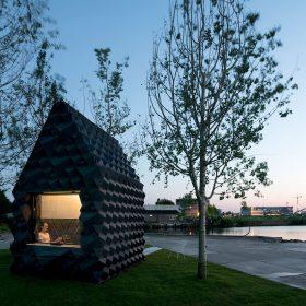 """Vytištěná """"Urban Cabin"""" z černého bioplastu k vyzkoušení v Amsterodamu"""