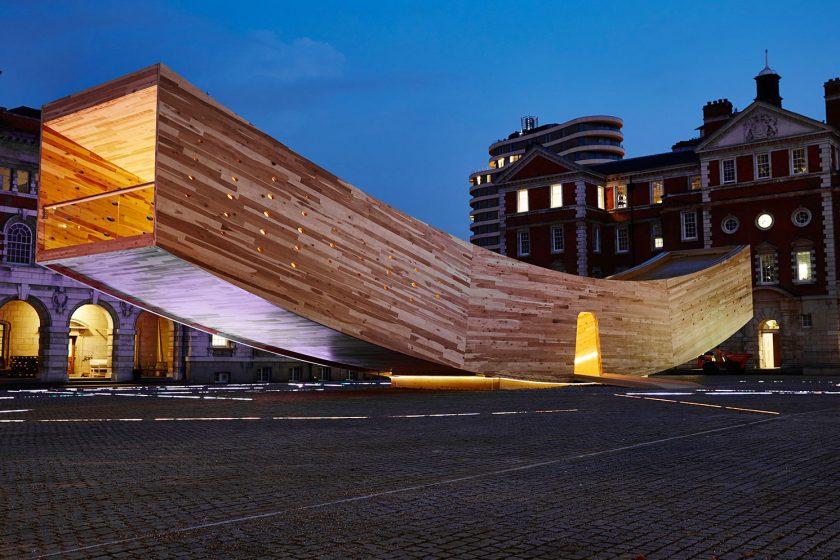 Obrovský smajlík na London Design Festival ukázal netušené možnosti dřeva jako konstrukčního materiálu