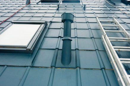 Dodatečná montáž protisněhových opatření na maloformátovou plechovou střešní krytinu