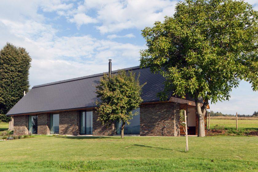 Stvořená k odpočinku: Klasická stodola z moderních materiálů má vlastní saunu
