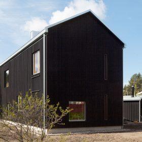 Černá dřevostavba ukrývá krásný světlý interiér