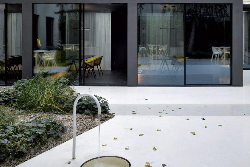 Jednací atrium - jednoduchost a kontrast