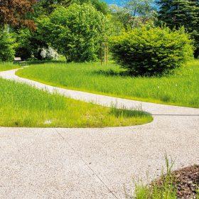 Přírodní charakter vymývaného betonu zpříjemňuje atmosféru vsetínského parku