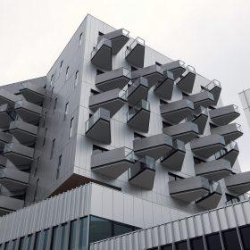 Hybridní budova s roztančenou fasádou
