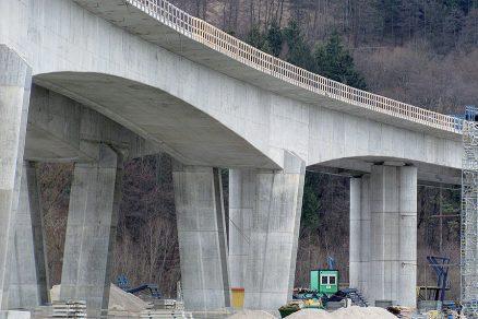 Estakáda na D3 v km 7,500 nad cestou I/18, tratí ŽSR a vodní nádrží Hričov