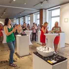 """Perfecto design 10 let na trhu po svém oslavilo v Galerii Café Louvre vernisáží nazvanou """"Konečně v Louvru"""""""