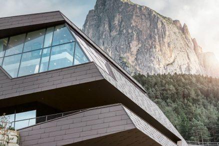 FANTAZIE ARCHITEKTURY: ÚDOLNÍ STANICE LANOVKY SEISER ALM OD FIRMY PREFA