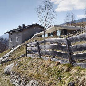 Moderní rozšíření historického statku se zčásti skrývá v terénu