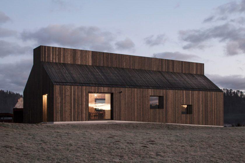 Komínový dům: Moderní odkaz na místní architekturu i řemesla