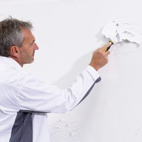 Obnova olupujícího se nátěru stěny