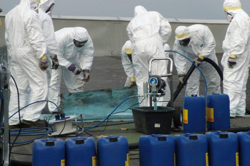 Při odstraňování azbestových materiálů je potřeba chránit sebe a své okolí