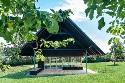 Malý dům s velkou střechou