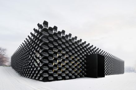 Devět set židlí