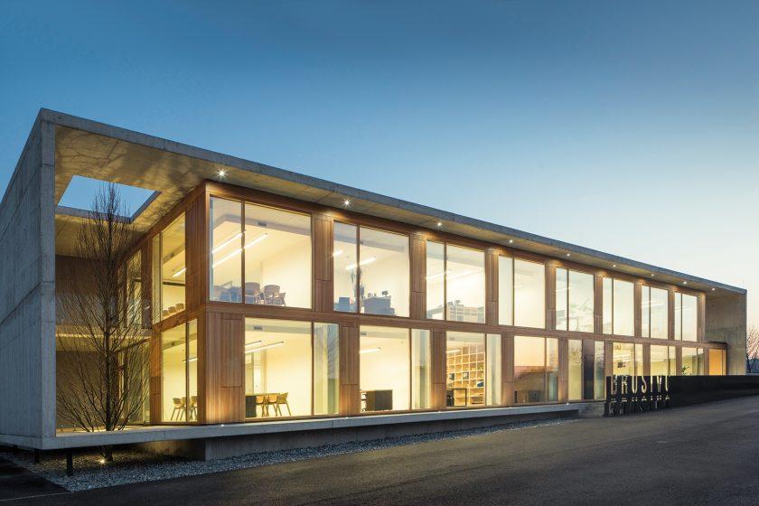Administrativní budova ve tvaru prořezaného kvádru