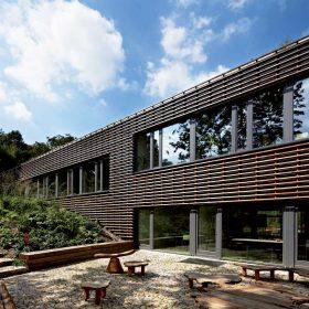 Unikátní pasivní budova se zelenou střechou, která šetří vodou a energiemi