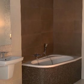 Lepení obkladů a dlažeb v koupelně