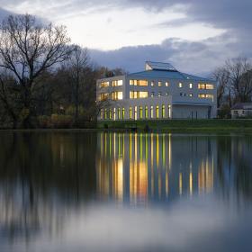 Škola nad rybníkem