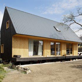 Architekt si postavil dům s opálenou fasádou