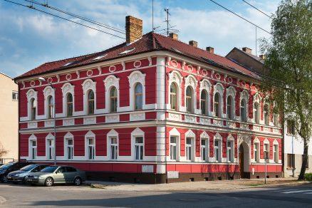 Dům na Lidické v Českých Budějovicích zdobí dlouhovousá omítka