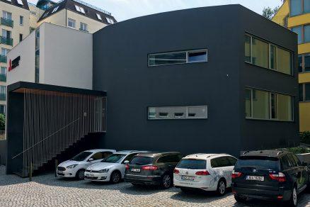 Technologický úkaz mezi administrativními budovami